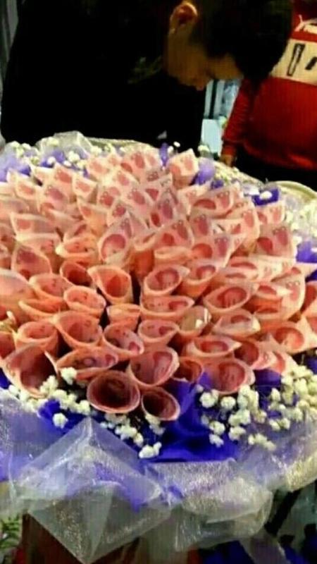 Chinês deu ramalhete de dinheiro como presente para a namorada. - Reprodução/QQ.com