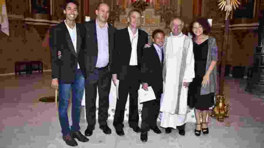 Toni Reis e David Harrad conseguiram batizar Alyson, 16, Jéssica, 14, e Filipe, 12, na Igreja Católica 22 - Reprodução/Facebook