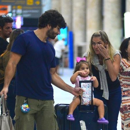Deborah Secco se emociona ao ser recebida pela família em aeroporto - AgNews