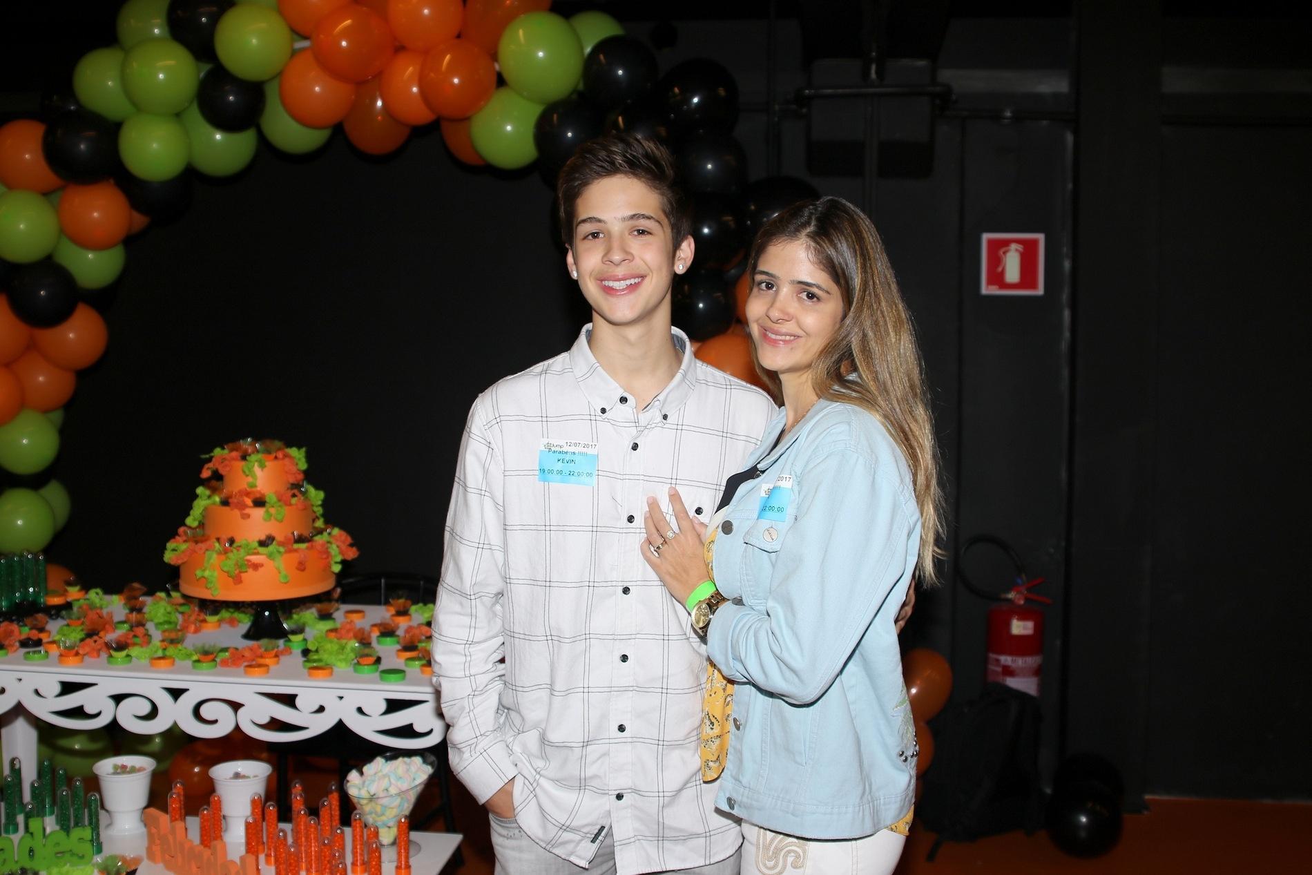 e07ebbe8ded31 Mãe de João Guilherme posa com o filho e chama a atenção pela aparência -  13 07 2017 - UOL TV e Famosos
