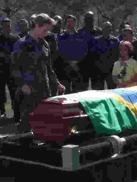 Paolla Oliveira grava cena de Jeiza no enterro do policial Gerson, vivido por Well Aguiar, que morrerá durante um assalto  - Arquivo Pessoal - Arquivo Pessoal