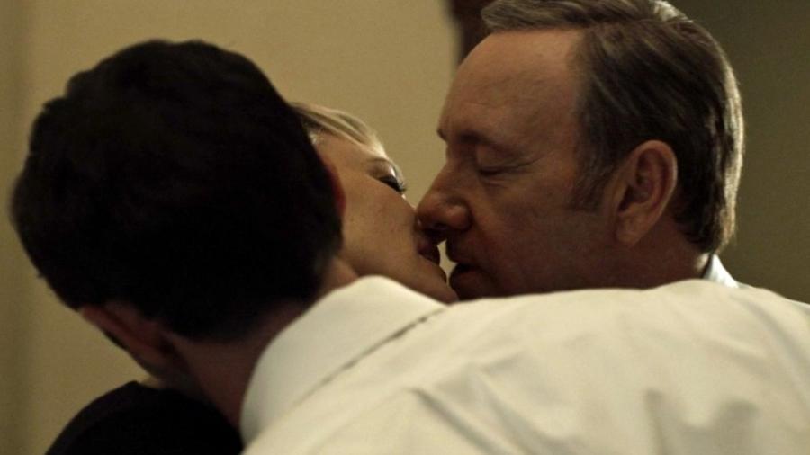 """Cena quente da série """"House of Cards"""", que anunciou fim após caso Kevin Spacey  - Reprodução"""