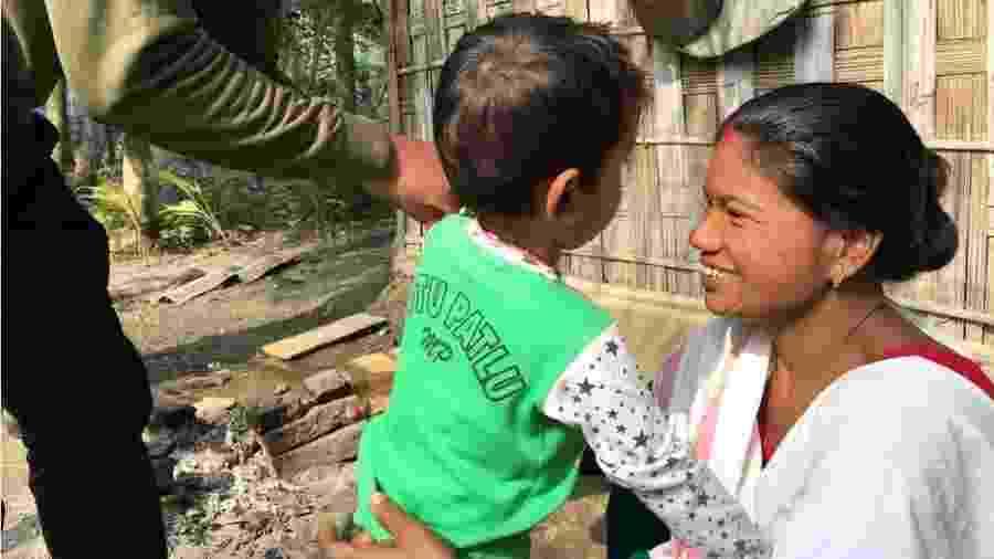 Shewali Boro diz que, no início, não acreditou que Riyan não fosse seu filho biológico - BBC