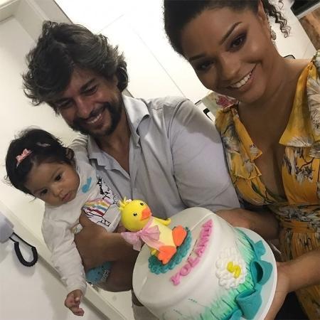 Juliana e o marido Ernani Nunes comemoram os cinco meses da filha Yolanda  - Reprodução/Instagram/@julianaalvesiam