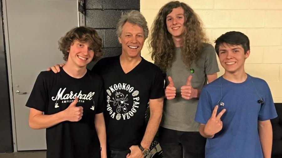 Jon Bon Jovi com os integrantes da banda Contagious - Reprodução