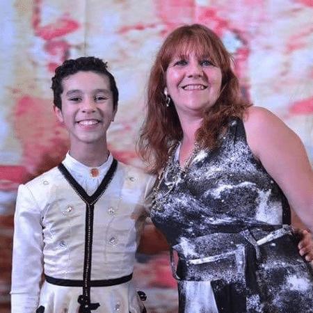 Alex Sandro Barbosa de Souza com a professora Rosaura Alves em primeira apresentação no balé Bolshoi, em 2013. - Reprodução/Facebook