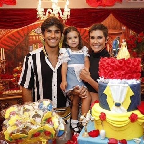"""Deborah Secco e Hugo Moura comemoraram o aniversário de 3 anos da filha, Maria Flor, que estava vestida de princesa Bela, do conto """"A Bela e a Fera"""""""