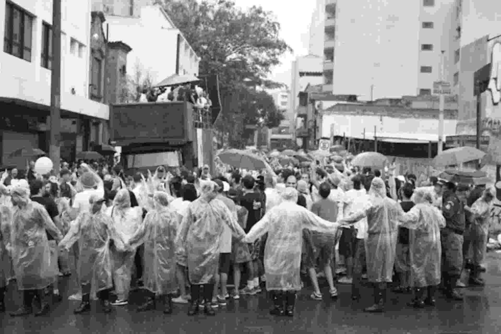 2010 O primeiro desfile do Baixo Augusta, que tinha sido criado em agosto de 2009. Na época, a subprefeitura da Sé, só deixou que o bloco saísse se o percurso fosse feito na calçada da rua Augusta. O que, evidentemente, deu problema. As pessoas terminaram indo para o meio da rua, e criou-se tumulto. - Frâncio de Holanda/Divulgação