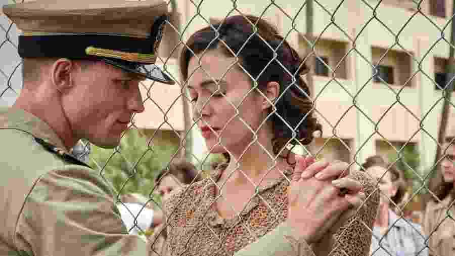 Ed Skrein e Mandy Moore em cena de Midway: Batalha em Alto Mar - Copyright Reiner BAJO