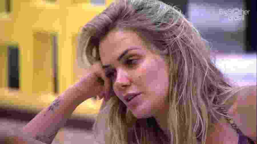 Marcela conversa com brothers na área externa - Reprodução/Globoplay
