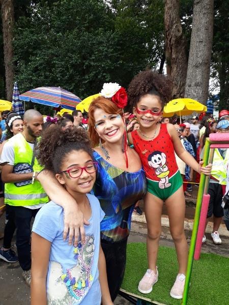 A atriz Samara Felipo leva suas filhas Alícia (10) e Lara (6) para o Bloco de Bell Marques, em São Paulo - Marley Galvão/UOL