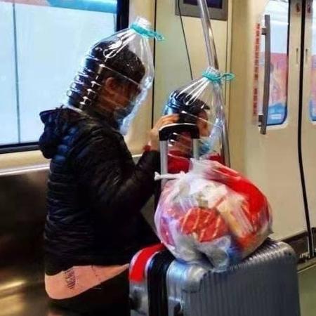 Chineses usam galão de água contra coronavírus - Reprodução