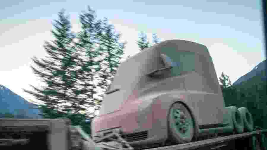 Protótipo do caminhão Tesla Semi é flagrado em estrada dos EUA - Reprodução