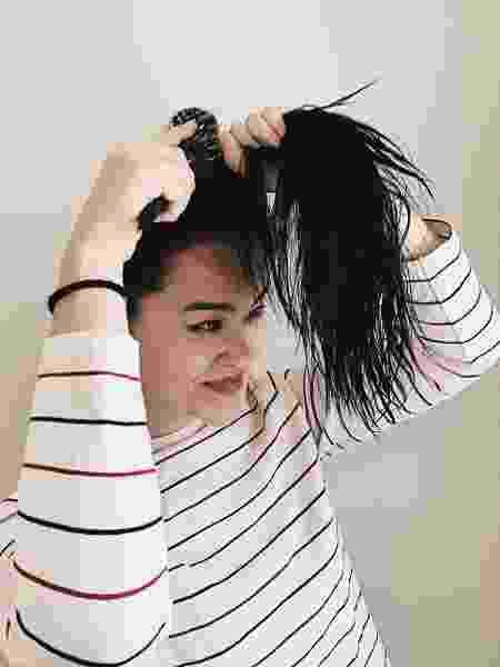 Penteie o cabelo e faça um rabo de cavalo no topo da cabeça - Aline Takashima/UOL - Aline Takashima/UOL