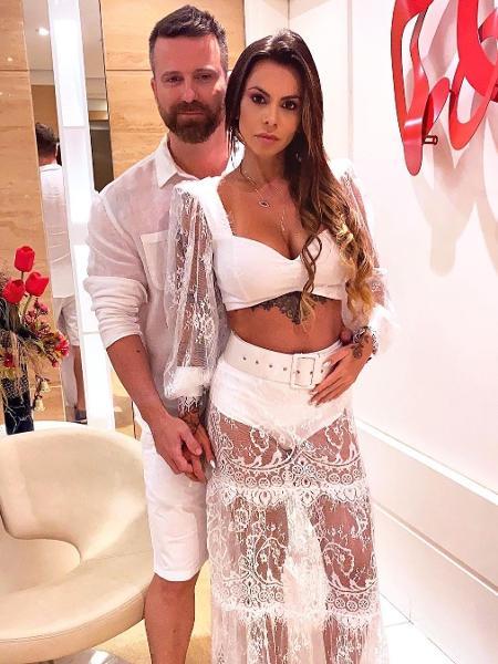 Maria Clara, grávida, posando com Marlon no Ano Novo; casal virou alvo de ataques após divórcio polêmico do cantor  - Reprodução/Instagram