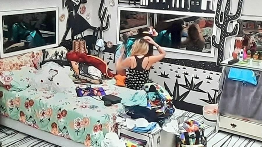 BBB 21: Juliette ajuda Viih Tube a trocar de roupa - Reprodução/Globoplay