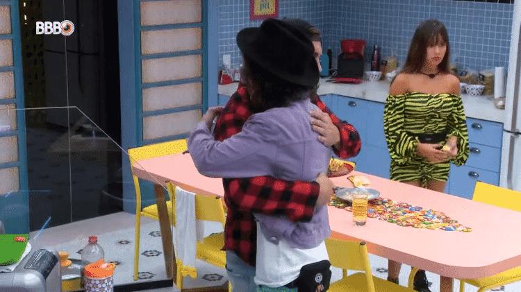 BBB 21: Arthur e Fiuk se abraçam na cozinha - Reprodução/Globoplay - Reprodução/Globoplay