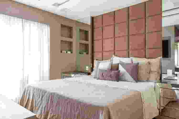 A cabeceira que vai até o teto valorizou ainda mais a decoração do quarto - Maura Mello - Maura Mello