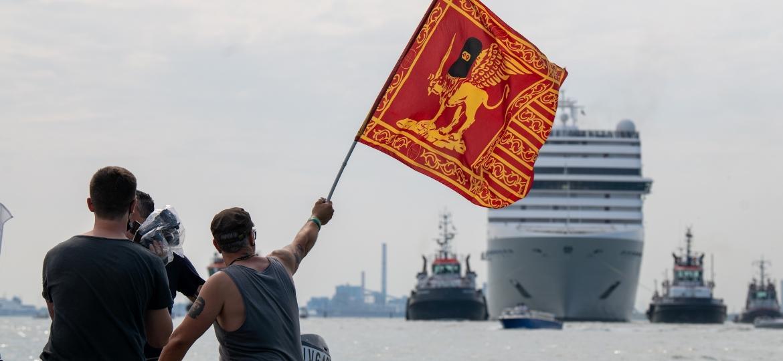 Protesto contra a passagem de grandes navios e cruzeiros em Veneza após o tráfego de grandes navios ter parado devido à covid-19 e à ausência de turistas - Getty Images