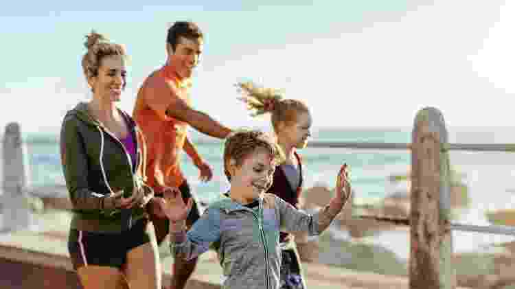 Família correndo - Geber86/iStock - Geber86/iStock