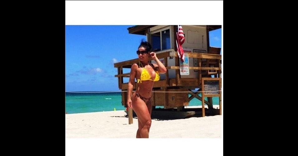 24.jun.2015 - De shortinho, biquíni e barriga de fora, Scheila Carvalho exibiu sua boa forma em Miami (EUA). Junto com a família, a dançarina e apresentadora curte férias na cidade.