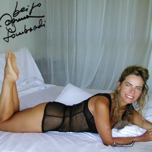 Bruna Lombardi aparece de camisola em foto ao desejar um bom final de semana para seus seguidores no Facebook