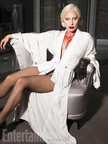 """Lady Gaga aparece ensanguentada em foto de """"Hotel"""", a nova temporada de """"American Horror Story"""". Na série, a cantora interpretará Condessa, uma socialite rica que é dona do hotel Cortez, no qual a trama se passa"""