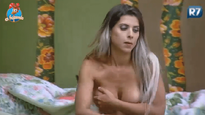 20.out.2015 - Mais uma vez, Ana Paula Minerato se atrapalha e mostra demais