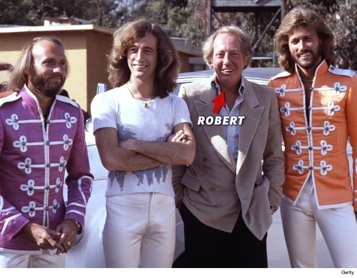 4.jan.2016 - O produtor musical Robert Stigwood com os membros da banda Bee Gees