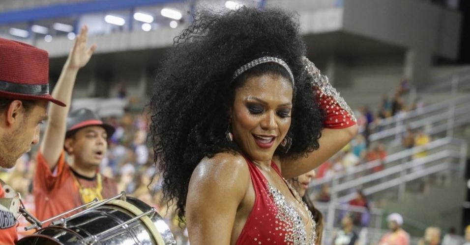 02.fev.2016 - Simone Sampaio, rainha da bateria da Dragões da Real, mostrou samba no pé no último ensaio da escola de samba, que aconteceu no domingo (31), em São Paulo.