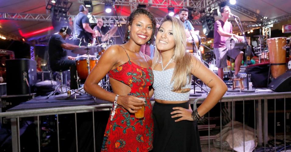 Ao lado da amiga, Larissa de Souza (à direita) diz que está aproveitando a solteirice para curtir o Carnaval