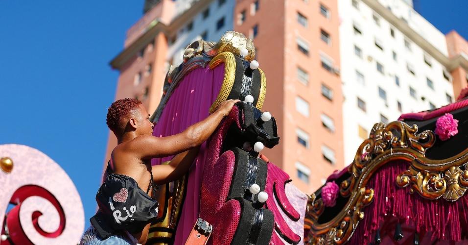 """8.fev.2016 - Samba-enredo remete ao cabaré e à malandragem carioca, inspirado na obra """"A Ópera do Malandro"""" de Chico Buarque"""