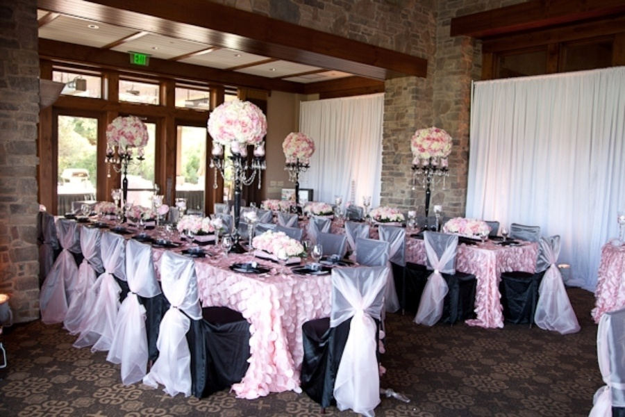 Visão geral das mesas do chá de bebê inspirado em Paris, decoradas com tule branco e tecido rosa com textura que lembrava pétalas de flores