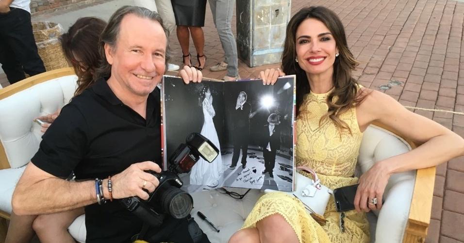 25.nov.2016 - João Passos posa com Luciana Gimenez segurando seu livro em Los Angeles