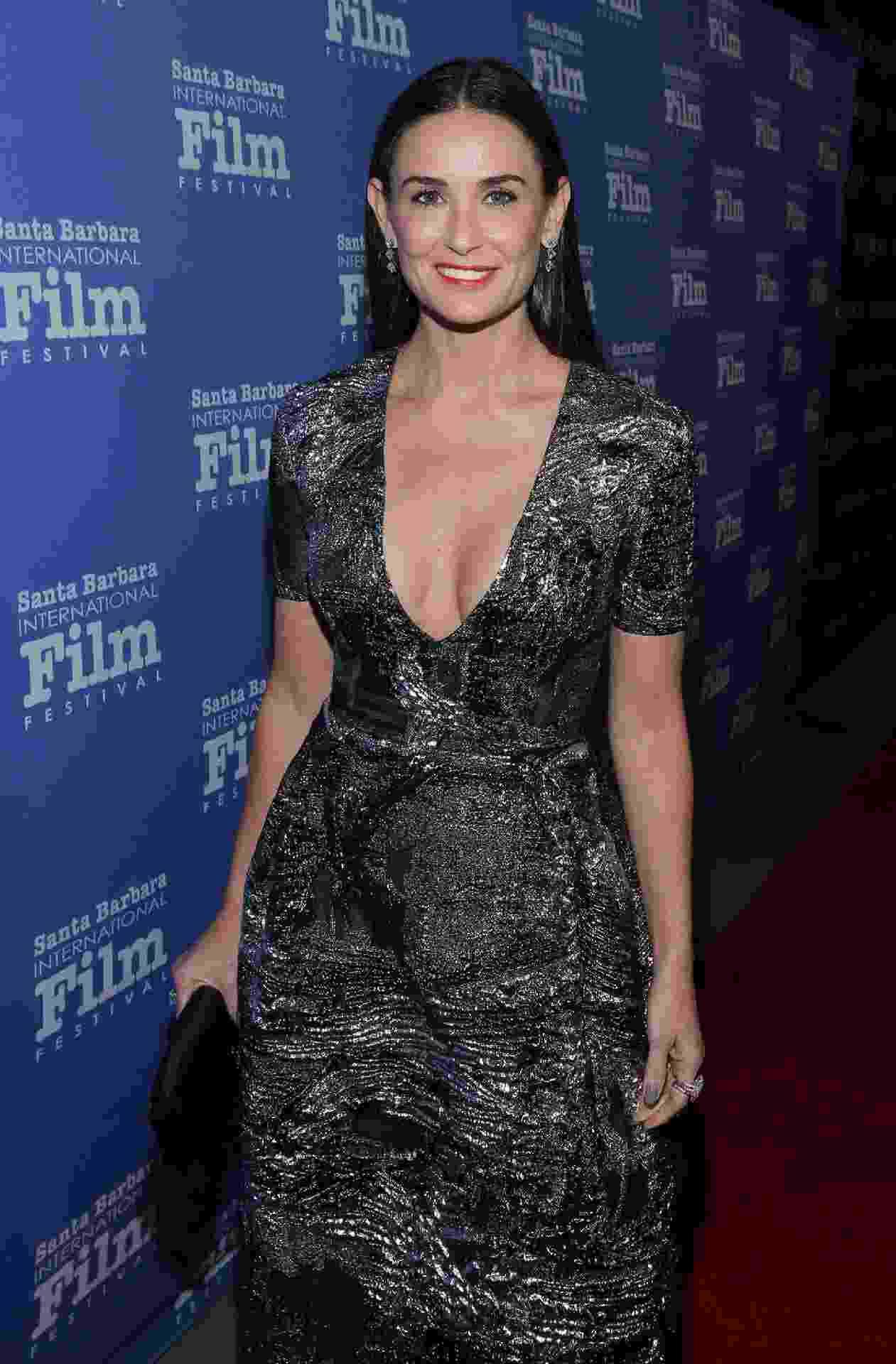 Demi Moore (53) mostra que não existe idade certa sensualizar na moda - decote em vestido ovalado - Getty Images