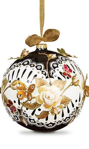 Inspirada no estilo Art Nouveau, a bola de vidro soprado da americana Jay Strongwater (www.jaystrongwater.com) é inteiramente artesanal. Além da pintura incrementada, o detalhe que arremata a peça, que tem 20 cm de diâmetro, são borboletas metálicas em relevo que sobrevoam a superfície. O custo por uma bolinha? US$ 525 ou R$ 1.770,77 (cotação do dia 9.12.2016)