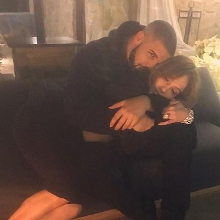 28.dez.2016 - Drake e Jennifer Lopez posam abraçados em foto no Instagram - Reprodução/Instagram/jlo