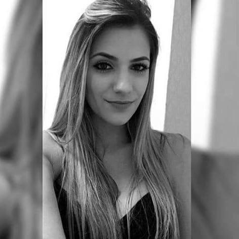 Jade Magalhães, namorada de Luan Santana, posa em preto e branco, mostrando o cabelo comprido