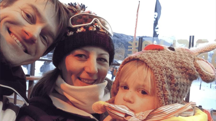 Sally, com o marido Jamie e a filha Ella, de férias numa estação de esqui na França - BBC