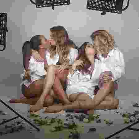 """Apresentadoras do """"Saia Justa"""" dão selinho em ensaio - Reprodução/Instagram/monicamartelli"""