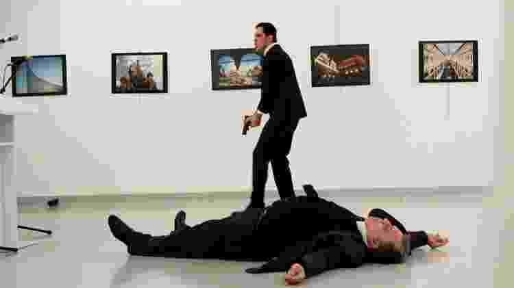 Foto original mostrando o corpo de Andrei Karlov com seu assassino no fundo - Hasim Kilic/Hurriyet