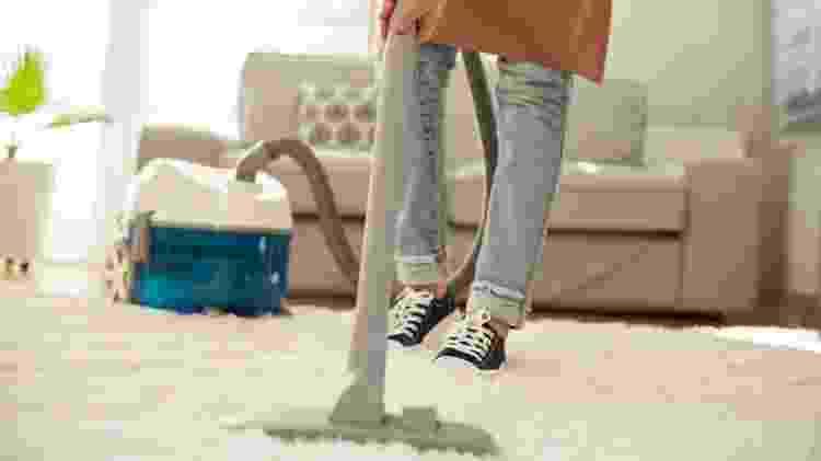 Use o aspirador em vez da vassoura e evite que a poeira levante - iStock  - iStock