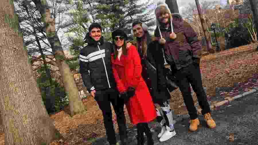 Thiago Magalhães e Anitta com amigos em Nova York - Reprodução/Instagram