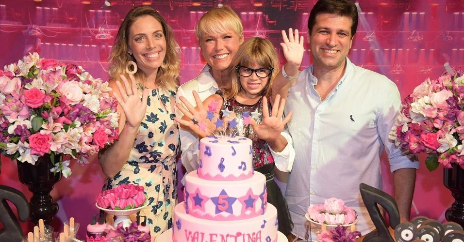Xuxa prestigia aniversário da sobrinha neta Valentina em casa de festas do Rio de Janeiro