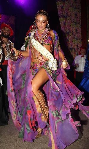 Isis Valverde exibe a faixa de rainha do tradicional Baile do Copa