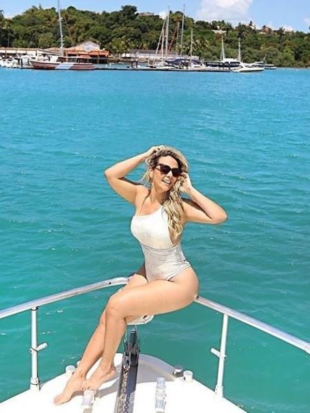 Carla Perez passeia de barco - Reprodução Instagram
