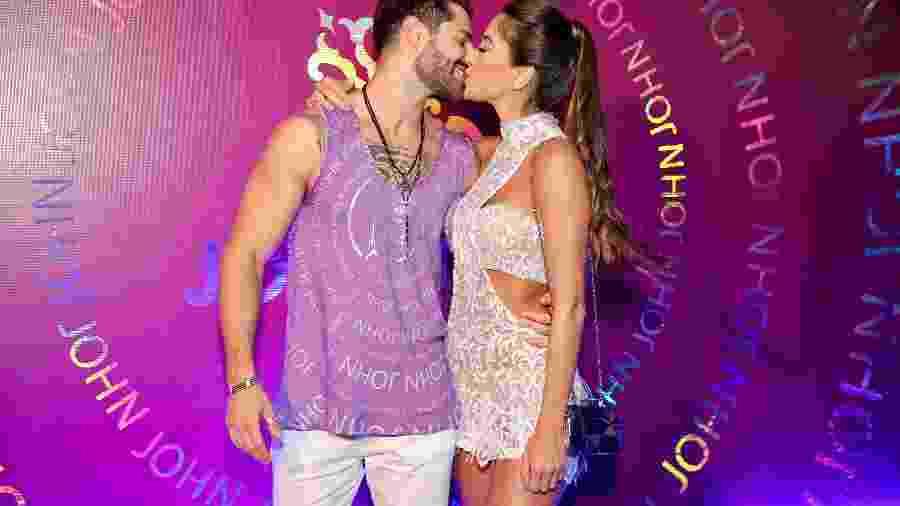 O DJ Alok, atração do camarote Carnauol N1, beija a mulher, a médica Romana Novais - Manuela Scarpa/Brazil News