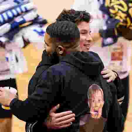 Drake abraça Shawn Mendes no jogo 2 da final da NBA - Kyle Terada/USA TODAY Sports