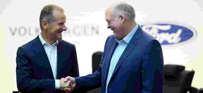 Herbert Diess, CEO do Grupo Volkswagen, e Jim Hackett, presidente e CEO da Ford, selam acordo - Johannes Eisele/AFP