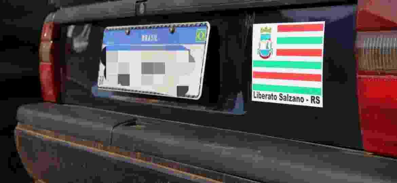 Prefeitura de Liberato Salzano (RS) orienta a colocar o adesivo na parte traseira, ao lado da placa Mercosul, para não deixar dúvida de onde é o veículo - Divulgação
